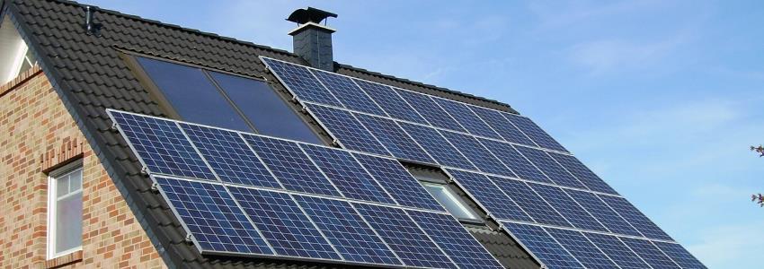 panneaux solaires sur la toiture