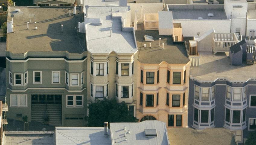 Vue de haut de plusieurs types de propriétés pour démontrer l'étanchéité des toits plats
